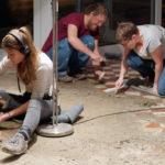 Ab dem November 2019 und bis zum März 2020 lief ein sehr aufwändiger Baueinsatz: Das Teppich-Kleber-Kratzen! Doch es hat sich gelohnt, denn unter dem alten Teppichboden versteckten sich wunderschöne Fliesen. Vielen lieben Dank allen Arbeitenden!