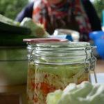 Im Sommer fanden mehrere Einmach-Workshops der KeepCoolKitchen statt. Hier wurden beim Hammerstätter Hofflohmarkt Kimchi und Sauerkraut hergestellt. Bei anderen Workshops wurde Gemüse fermentiert und Brotaufstriche gekocht.