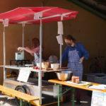 Bei einer KlimaHandWerk-Bauaktion in der Werkstatt des Professoriums wurde eine mobile Küche auf Dragomir, das Dragedier (E-Schwerlasten-Hänger) gebaut. Besucher:innen des Apfelfests am Lindenhof konnten Apfelmus kosten.