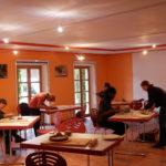 Im Lindenhof fand ein Töpfer-Workshop statt. Hier wurden Grillschalen und andere Alltagsgegenstände und auch Kunst getöpfert. Damit können wiederverwendbare Gegenstände aus Naturmaterialien hergestellt und Abfälle reduziert werden.