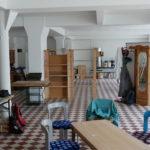 Ab dem September haben wir angefangen, Möbel aufzubauen und die Räumlichkeiten schon etwas einzurichten. Noch fehlen die Trennwände, Inhalte und Menschen. Aber mit einigen Schränken und Stühlen sieht das zukünftige TransitionHaus schon wohnlicher aus.